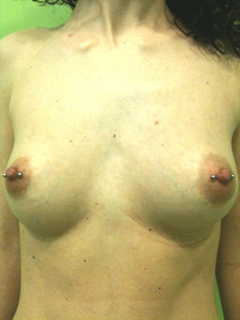 Doppio piercing al capezzolo femminile